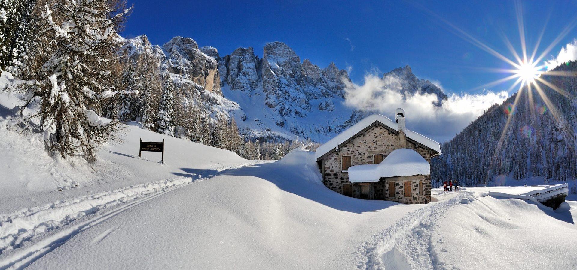 Winterlandschaft Berge mit Haus