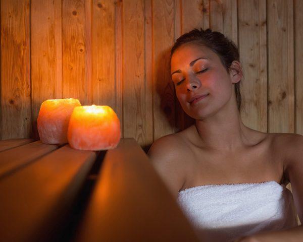 frau-sauna-entspannen-kerzen