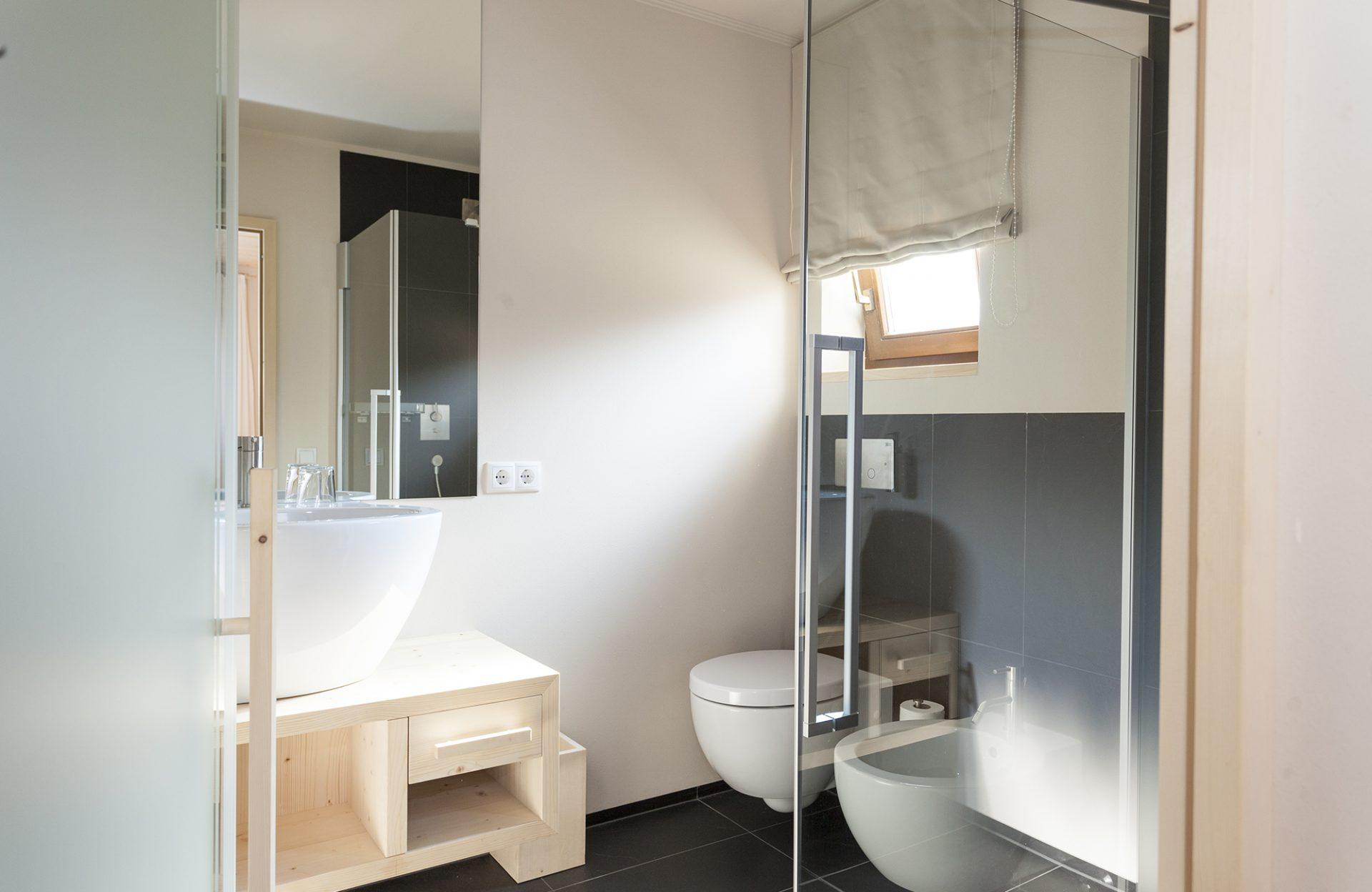 Hotel Mayr Badezimmer Waschbecken Toilette