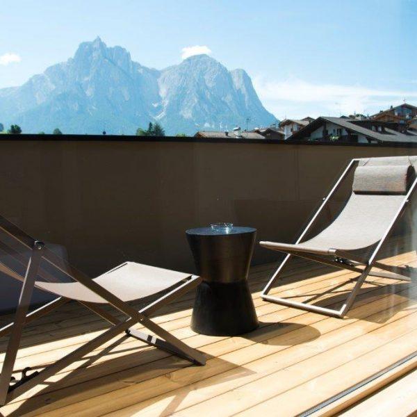 hotel-mayr-balkon-seiseralm-liegestühle