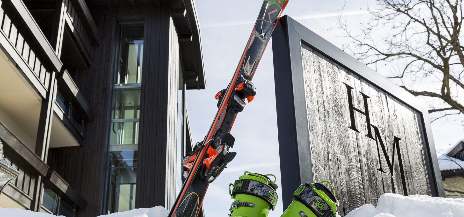 hotel-mayr-kastelruth-eingangschild-schnee-skier