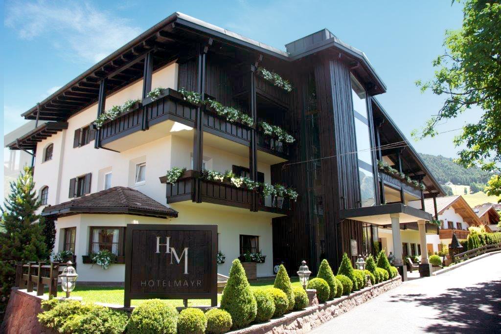 Hauptgebäude von Hotel Mayr in Kastelruth Südtirol