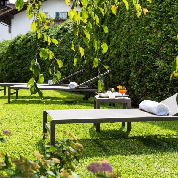Hotel Mayr Südtirol Garten mit Sonnenliegen