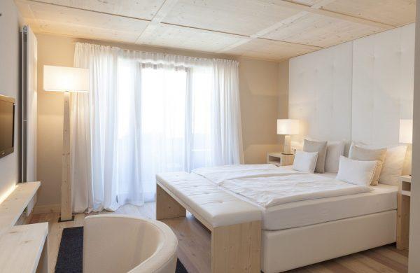 Komfortzimmer Bett Sessel Beleuchtung