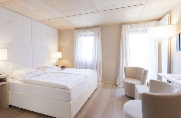 Hotel Mayr Komfortzimmer Bett und Sitzbereich