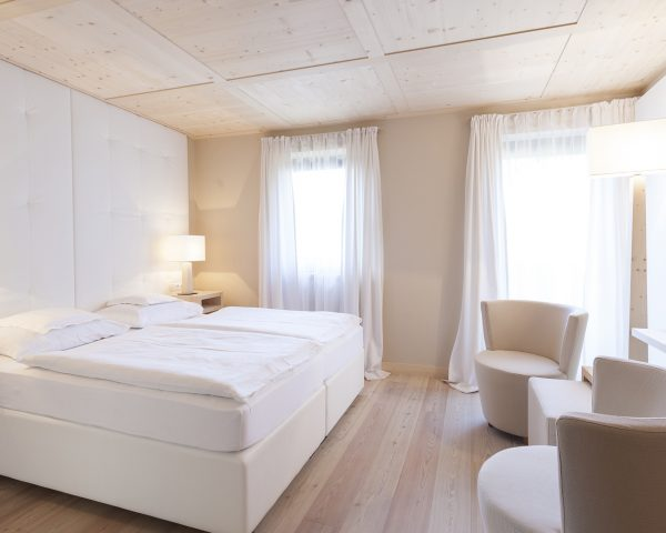mayr-comfort room-bed-sitting area