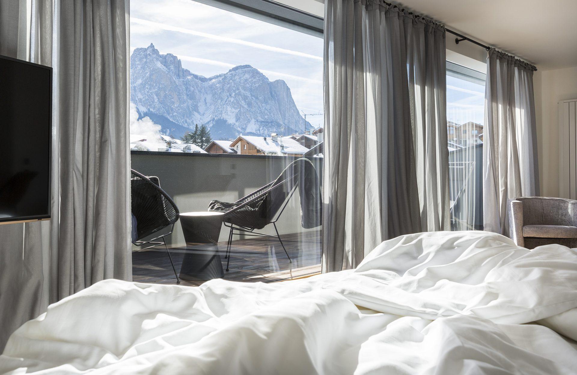 Mayr Superiorzimmer Bett mit Blick auf Seiser Alm