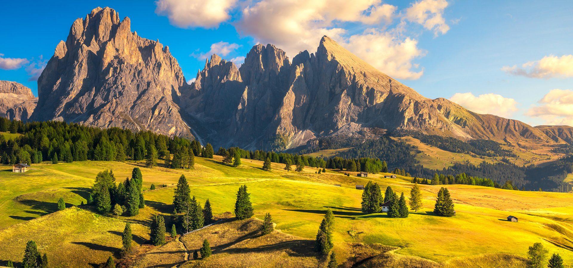 Berglandschaft bei Sonnenuntergang im Spätherbst