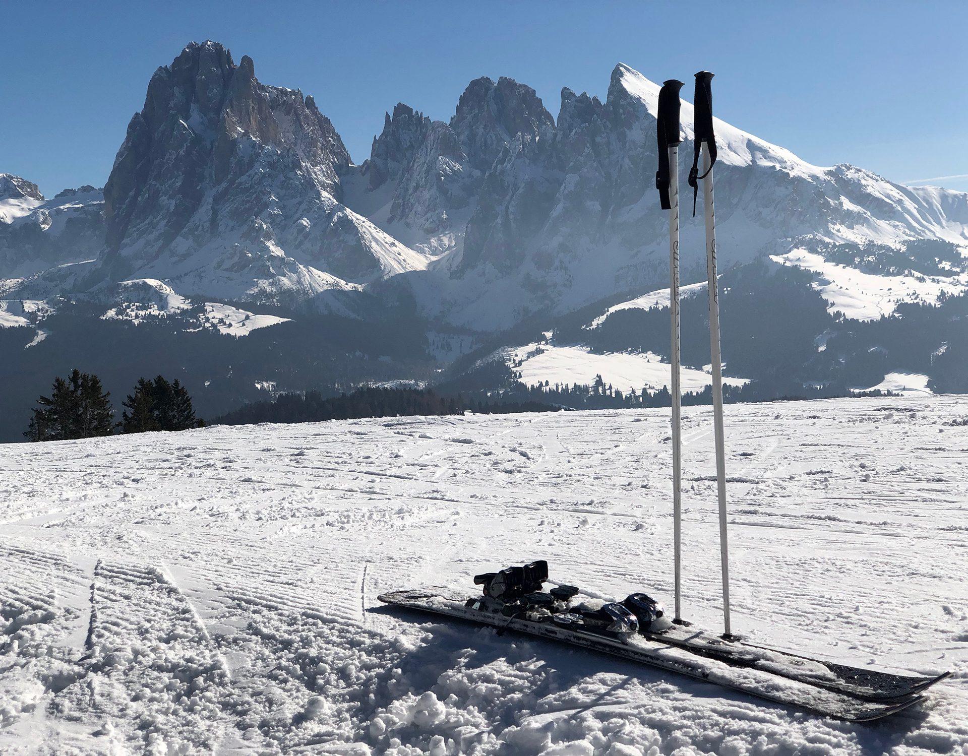 Berge im Winter mit Skistöcken