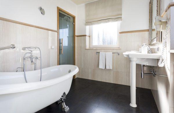 standard room-bathroom-bathtub