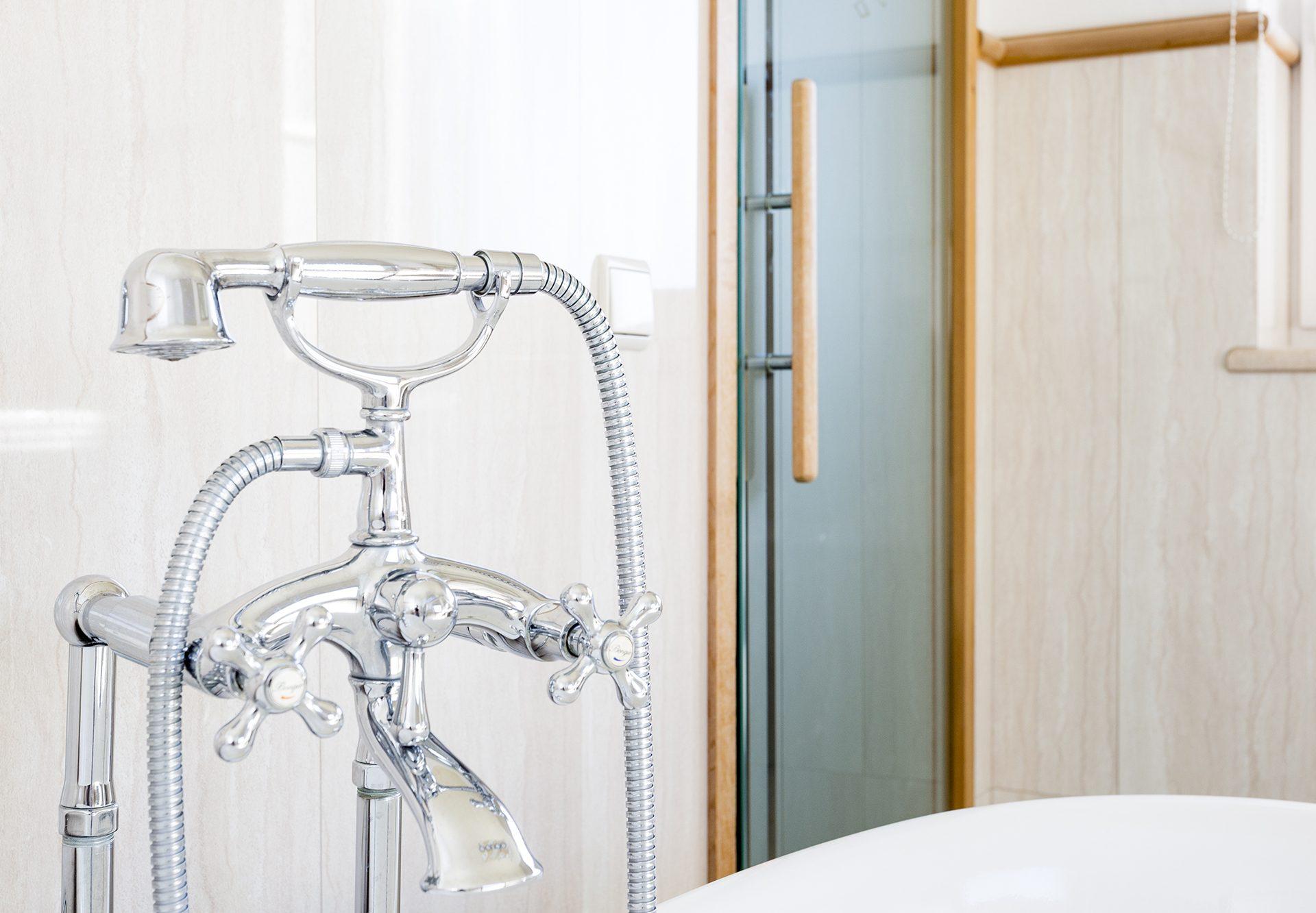 Standardzimmer Bad Badewanne Wasserhahn