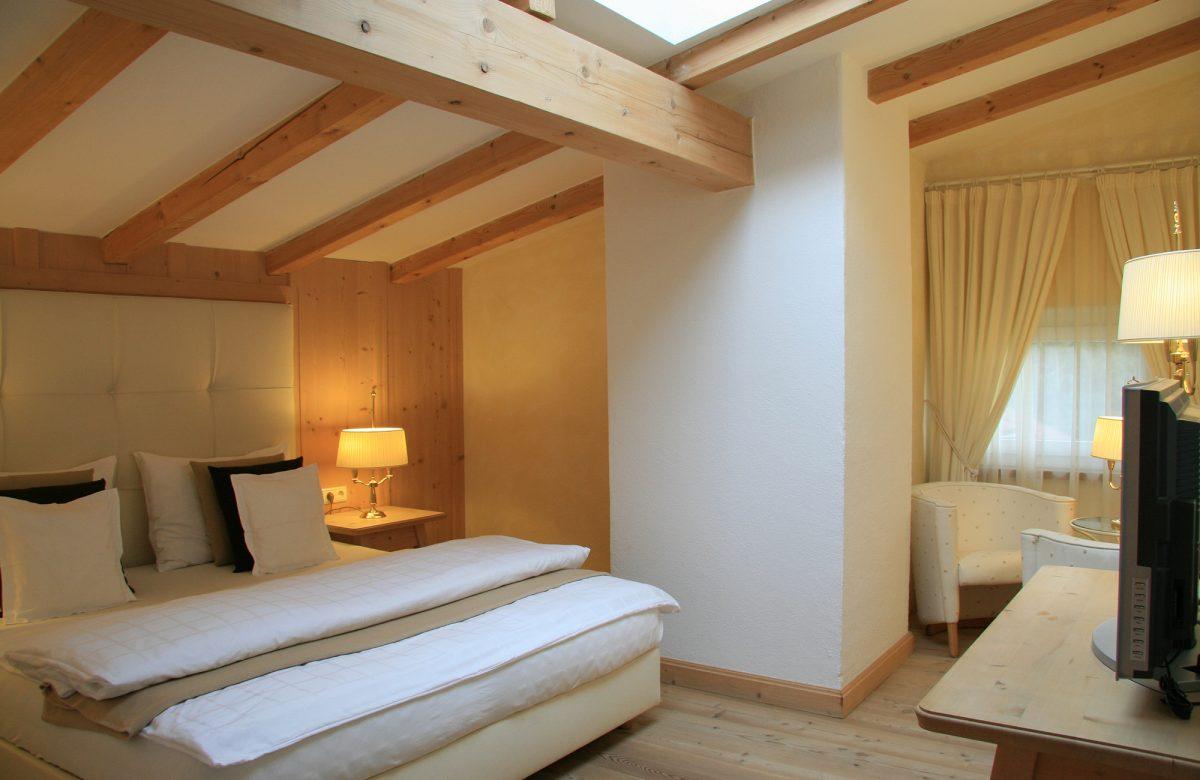 Standardzimmer Bett Fernseher Lampe