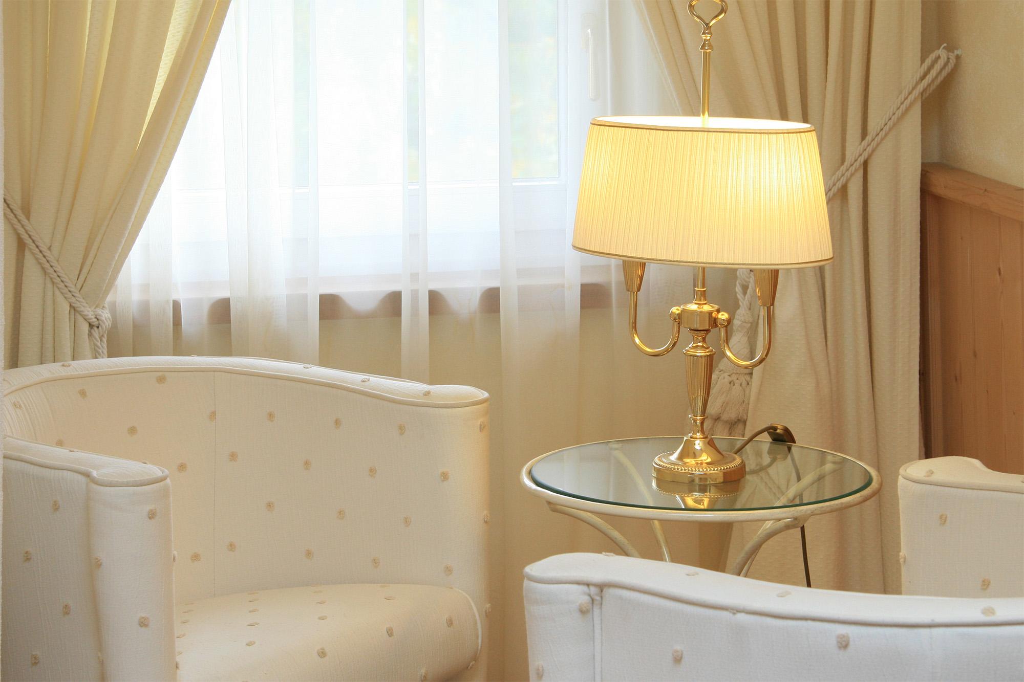 Standardzimmer Sitzbereich Sessel Tischlampe