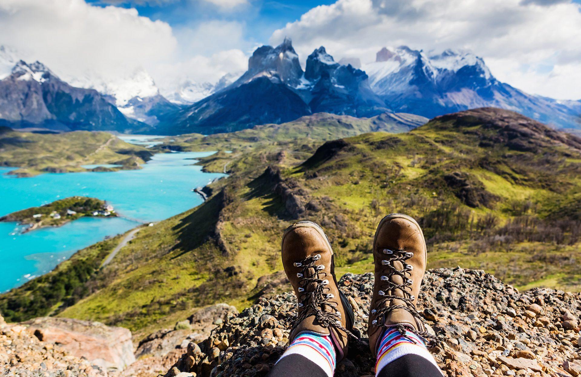 Berge Wanderer entspannt mit Wanderschuhen