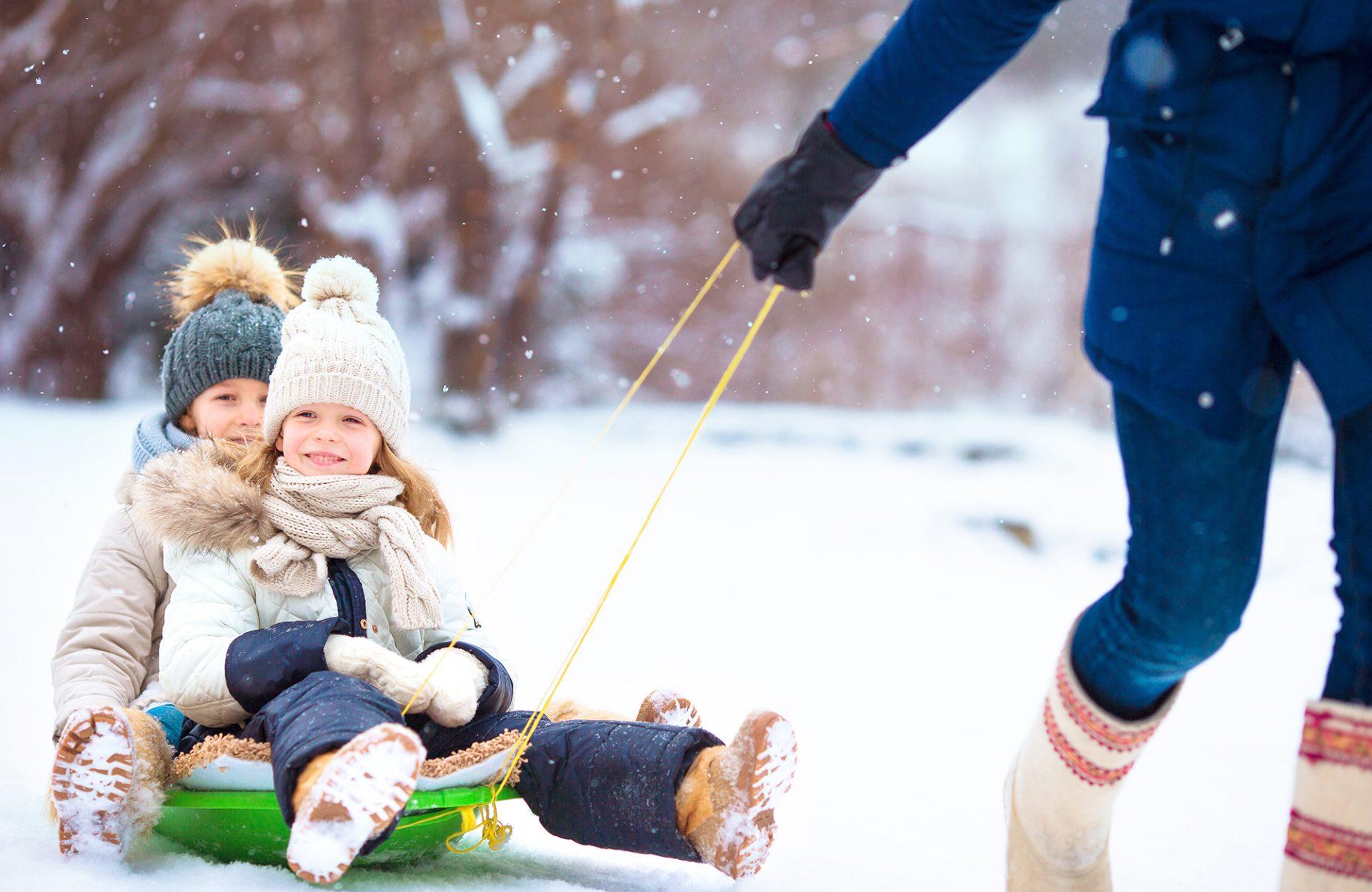 Winterurlaub Familie Schlittenfahren Kinder