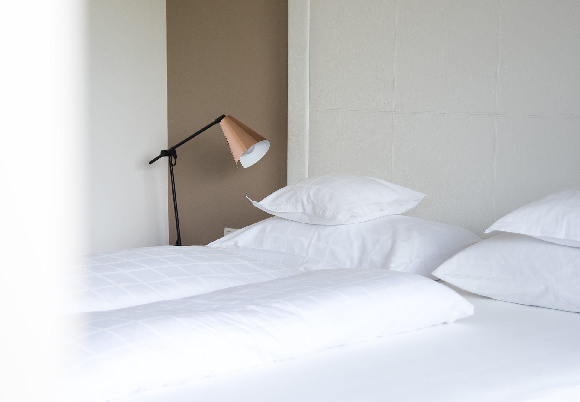 Zimmer Doppelbett Lampe