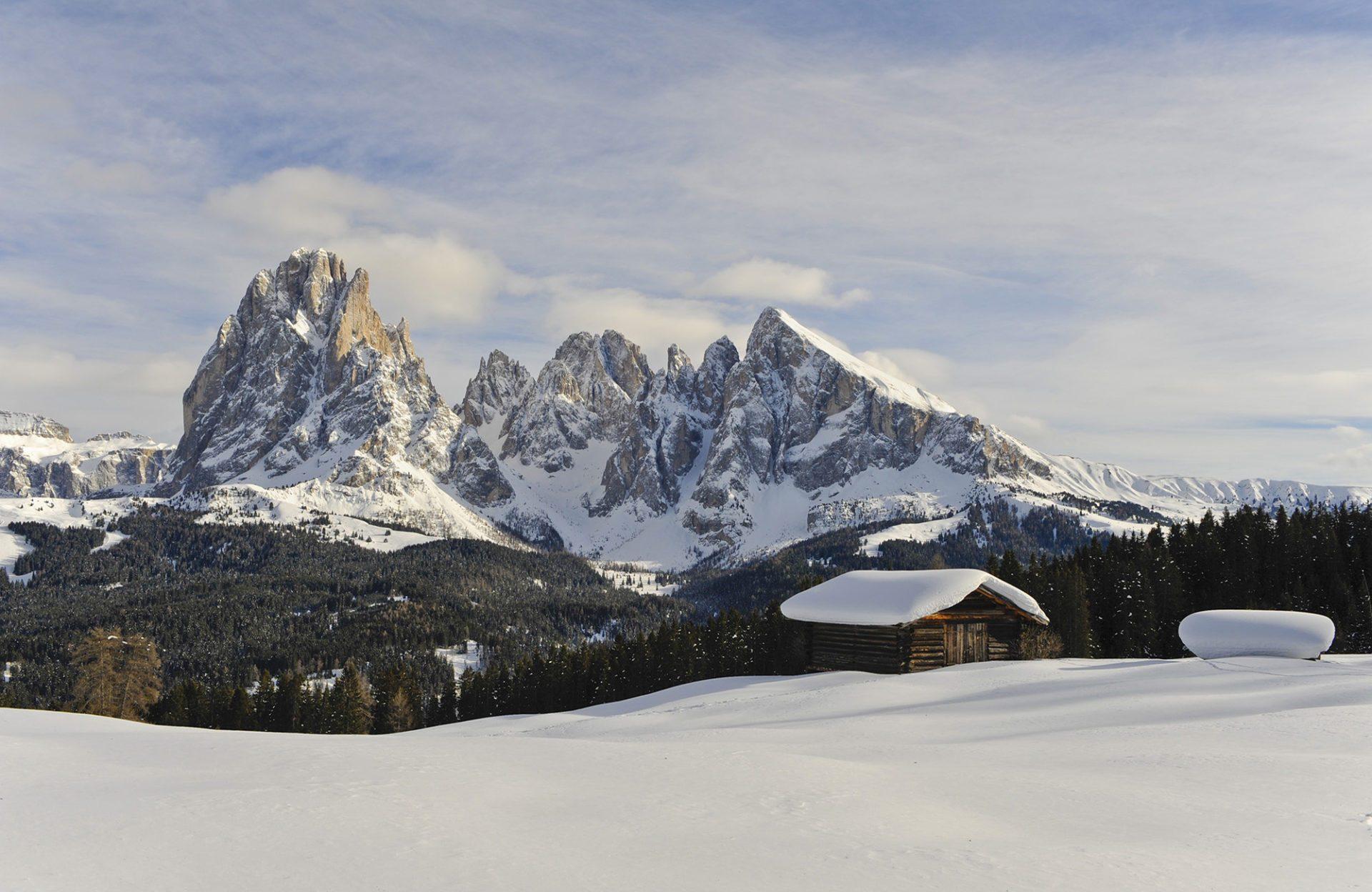 Berge im Winter mit Almhütte Panoramabild