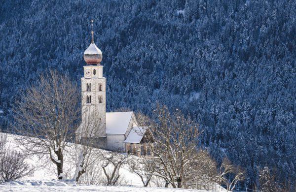 kastelruth- winter-kirchturm
